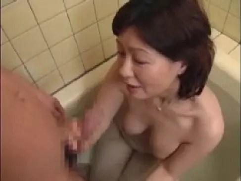 60代の田舎の叔母さんが泊まりに来た甥の風呂に乱入して強引に男根を口淫する還暦動画画像無料