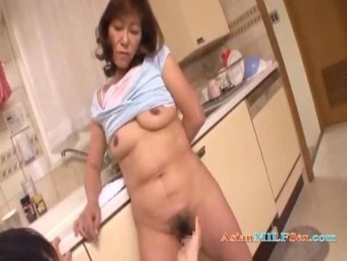 還暦おばさんが台所で息子におめこを弄られ愛液を漏らしているオバチャンノ-パン