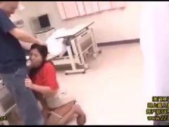 娘の目の前で犯されながら感じて悶えていく熟女レイプ動画