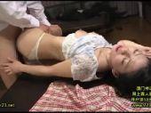 美人な上司の奥様が巨尻に発情した部下に夫のすぐ側で寝取られていく熟女セックス動画