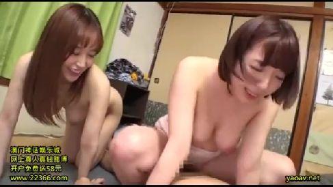 母親のママ友達が欲情し息子のちんこを次々に咥えだす熟女セックス動画