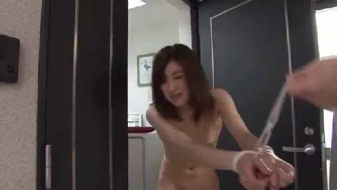 夫に全裸で閉め出された美人妻が隣人の男に連れ込まれ中出しされていく熟女セックス動画