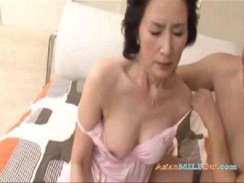 上品そうな50代の美熟女がポルノビデオ体験をしてご無沙汰な快感に悶える熟年女動画無料