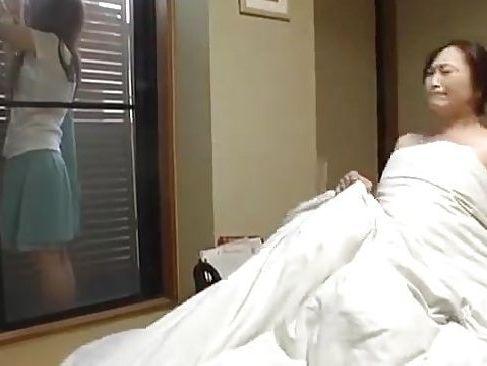 義母の看病の為体を拭いてムラムラして嫁の居る前で義母とばれない様にセックスしちゃう熟年夫婦無料動画