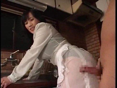巨尻のセレブ系五十路熟女が巨根を刺激して大量発射させてる無料オバーン