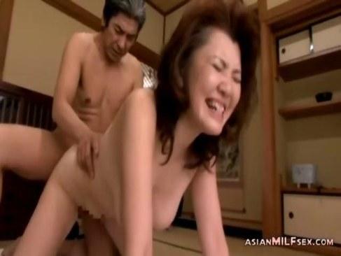普通の熟年夫婦が濃厚な夜の営みをしてる六十路熟女の日活 無料yu-tyubu田舎