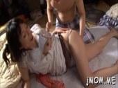 寝込んでいる息子を看病する田舎の熟女母がエッチな悪戯をされるオバチャンノ-パン