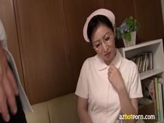 美熟女ナースがデカチンに発情する熟年夫婦生活動画