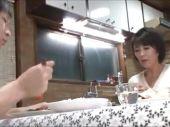 四十路熟女のおばさん体型な母親と息子が夫婦夜の生活が無い父親にバレない様セックスしまくる爆にゅう動画yu-tyubu おばさん