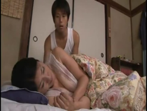 五十路熟年女お母さんが無防備に熟睡している所に変態息子が登場!パンティーを脱がしておまんこにチンポを擦り付けるjyukujo動画画像無料