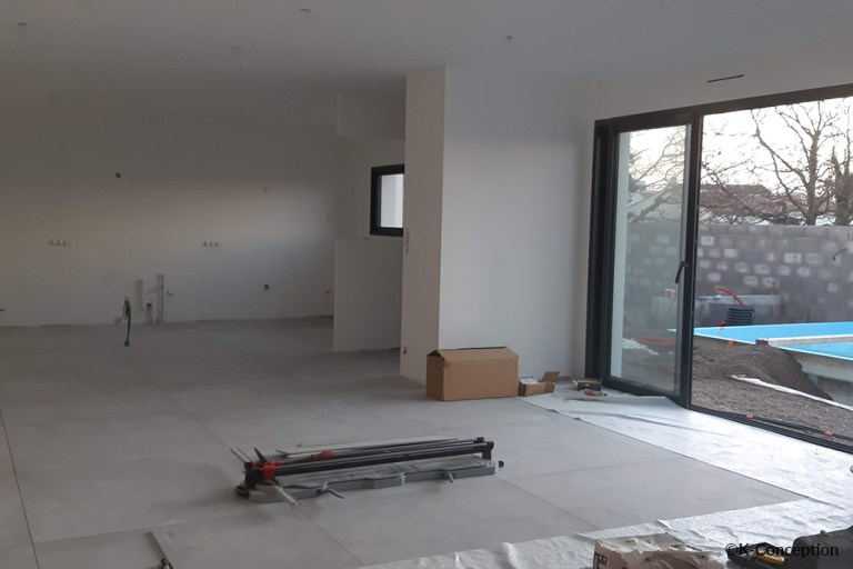 Photo de l'intérieur d'un chantier, grande pièce de vie avec carrelage moderne.