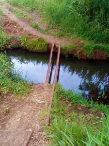 .K in Motion Travel Blog. Petty Theft and Pragmatism in Papua New Guinea Pipe Crossing