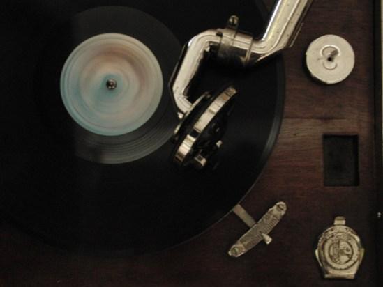 演奏中の蓄音機