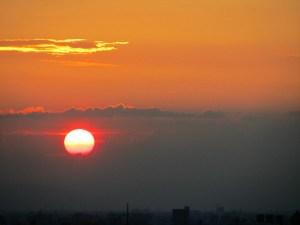 窓から見た夕日