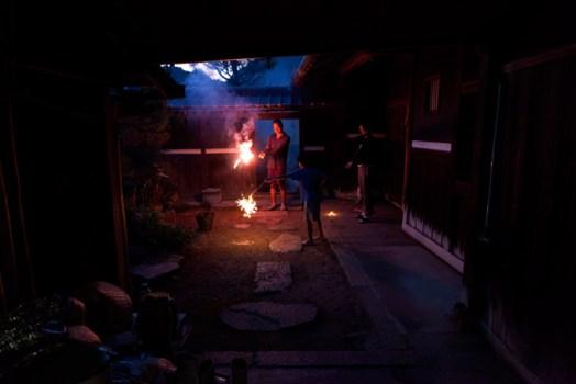 花火をする家族
