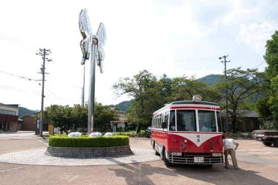 谷汲駅前の赤白バス