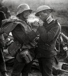 Et ofte gengivet foto, der hævdes at illustrere de fredelige omgangsformer under julefreden. Faktisk har billedet intet med julen 1914 at gøre; begge soldater bærer stålhjælme, der først blev introduceret i 1916. Scenen viser en tysk soldat, der tænder en nyfanget englænders cigaret (at han er krigsfange fremgår af, at hans skulderdistinktioner er blevet fjernet).