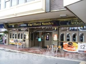 Flora Sandes opnåede den højeste æresbevisning en englænder kan nå; i hendes hjemby Thornton Heath nær Croydon, South London, er en pub blevet opkaldt efter hende!