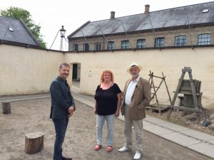"""Historiequizzen"" på besøg på Danmarks Forsorgsmuseum i Svendborg (undertegnede m. Madam Fab & Adrian Hughes)"