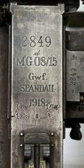 """Fabrikationsmærkningen på de tyske MG08/15-maskingevær. """"Spandau"""" er navnet på fabrikken, men blev hurtigt direkte associeret med selve våbnet."""