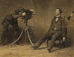 Et klassisk eksempel på et påstået dødsfotografi; men modellen er sprællevende, og har kun stativet på for at kunne holde hovedet stille i de adskillige minutter, teknikken krævede.
