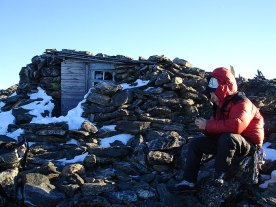 Arne Randers Heens steinbu på toppen av Romsdalshorn.