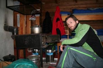 Helge Kaasin ved ovnen på Kljåen.