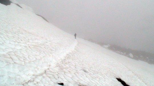 Marianne Wahlstrøm på vei over det skumle snøfeltet.
