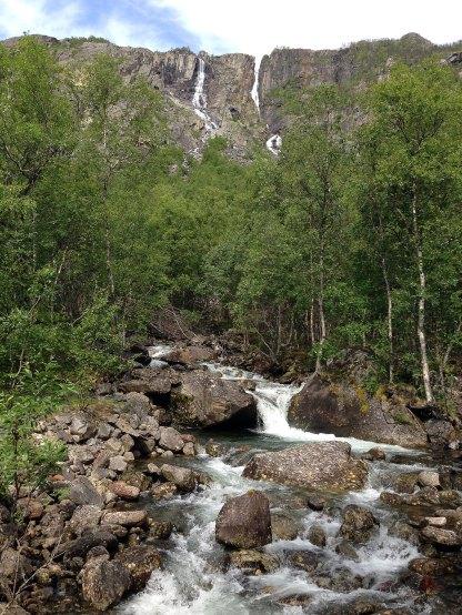 Fosser kaster seg ned fra fjellsidene.