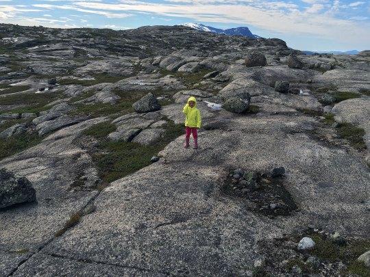 Liten jente på stort fjell.