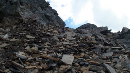 Marianne opp ura mot toppen av Skjomtinden.