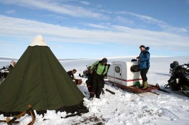 Riving av leiren. Marit Kirsten Anti Gaup, Kent Valio, Helge Kaasin og Bjarne Ringstad Olsen. Foto: Øyvind Werner Øfsti.