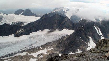 Midtmaradalstindane til venstre og Søre Dyrhaugstinden (2072 moh.) til høyre.