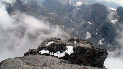 Jeg er på toppen av Store Skagastølstind (2405 moh.) for tredje gang og ser ned mot fortoppen jeg akkurat forlot. Under er Midtmaradalen.
