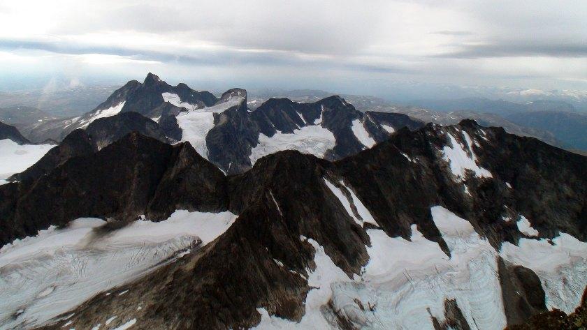 Utsikt mot mange av stortoppene i Hurrungane. Fremst til høyre er Dyrhaugsryggen, sentralt bak i bildet ligger Store Ringstind (2124 moh.). Store Austanbottstind (2203 moh.) til venstre bak i bildet.