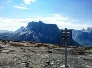 Toppen av Reinnesfjellet med Durmålsfjellet med høyeste punkt på 1408 moh. og Lappviktinden (1170 moh.) som er platået til høyre, bak.