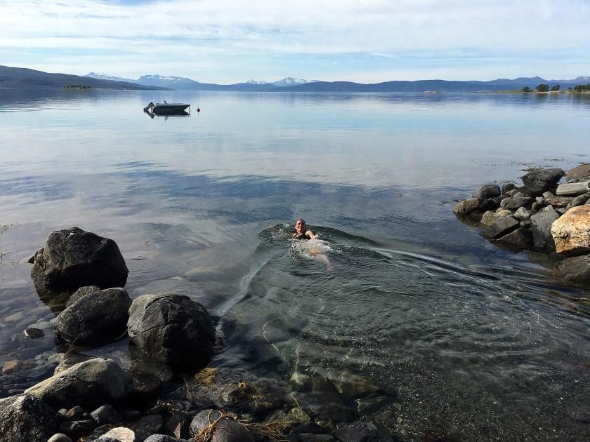 Marianne bader i sjøen.