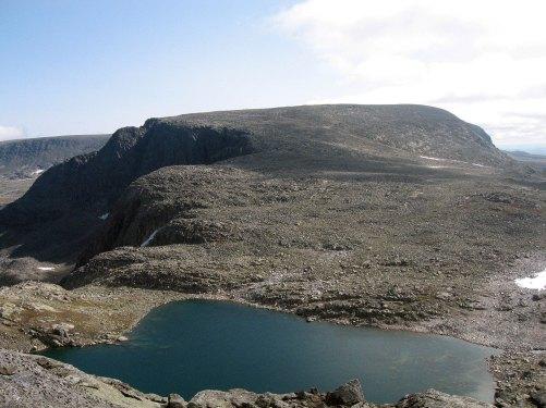 Det sørligste Folarskardtjørnet på 1603 moh. Bak bølger Hallingskarvet seg videre.