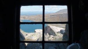 Utsikt fra Lordehytta mot nord. Vi ser det midterste av Folarskardtjørnan.