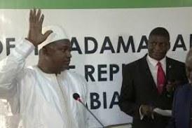 Gambie: Barrow investi, les troupes ouest-africaines franchissent la frontière