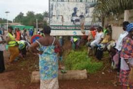 Assainissement-Boké: Les femmes volontaires retroussent les manches contre les tas d'immondices