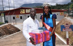 Kindia : Miss Guinée Russie 2017 offre des cadeaux aux volontaires du vaccin « GamEvak Combi » et des produits médicaux au CREMS