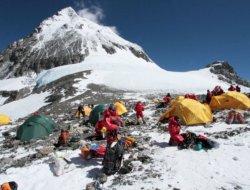 Pisahakan Pendaki Nepal dan Tibet, China Buat Garis Pemisah Puncak Gunung Everest