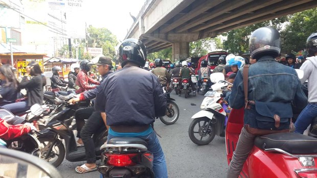 Lalu lintas simpang siur di kolong jembatan