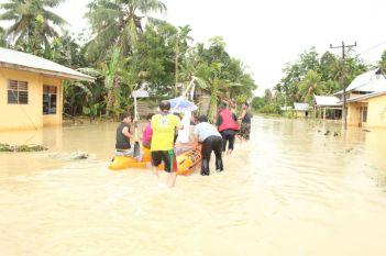 Perahu karet milik BPBD Kabupaten Nias mengevaluasi warga untuk mendapatkan pertolongan.