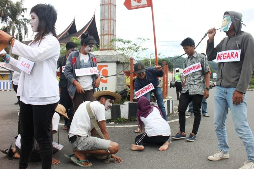 Aksi Teatrikal penolakan UU Pendidikan Tinggi oleh Forum Peduli Pendidikan di Bundaran Kantor Pos, Rabu (11/12)  / (FOTO:HudaPutra)
