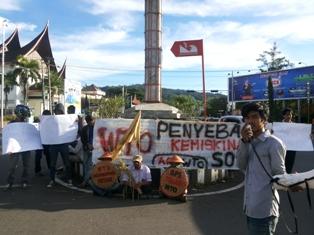 Aliansi Rakyat Tolak WTO, Kamis (5/12) sore. (FOTO:AB)