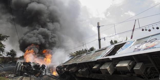 Suasana di lokasi tabrakan kereta rel listrik (KRL) jurusan Serpong-Tanah Abang dengan truk tangki pengangkut bahan bakar di pelintasan Pondok Betung, Bintaro, Jakarta Selatan, Senin (9/12/2013). Kecelakaan mengakibatkan sejumlah rangkaian gerbong dan truk tangki terbakar, menyebabkan seorang masinis dan seorang penumpang tewas, serta puluhan orang mengalami luka bakar. | KOMPAS.COM/VITALIS YOGI TRISNA