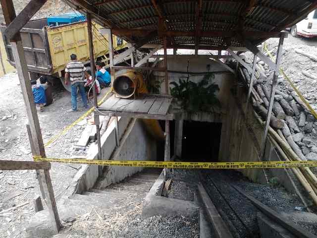 Situasi di depan lubang masuk tambang batu baru Ngalau Cigak, Sawahlunto, Sabtu (25/1) sore, FOTO/DEDEN