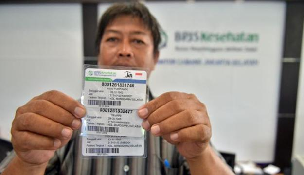 Ilustrasi. Warga menunjukkan kartu BPJS usai mendaftar sebagai peserta BPJS Kesehatan di Kantor BPJS, Jakarta. Foto : Viva